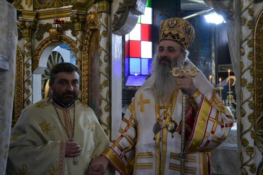 Părintele Ioan Florin Vamanu, alături de IPS Mitropolit Teofan/ Foto: Lucian Ducan