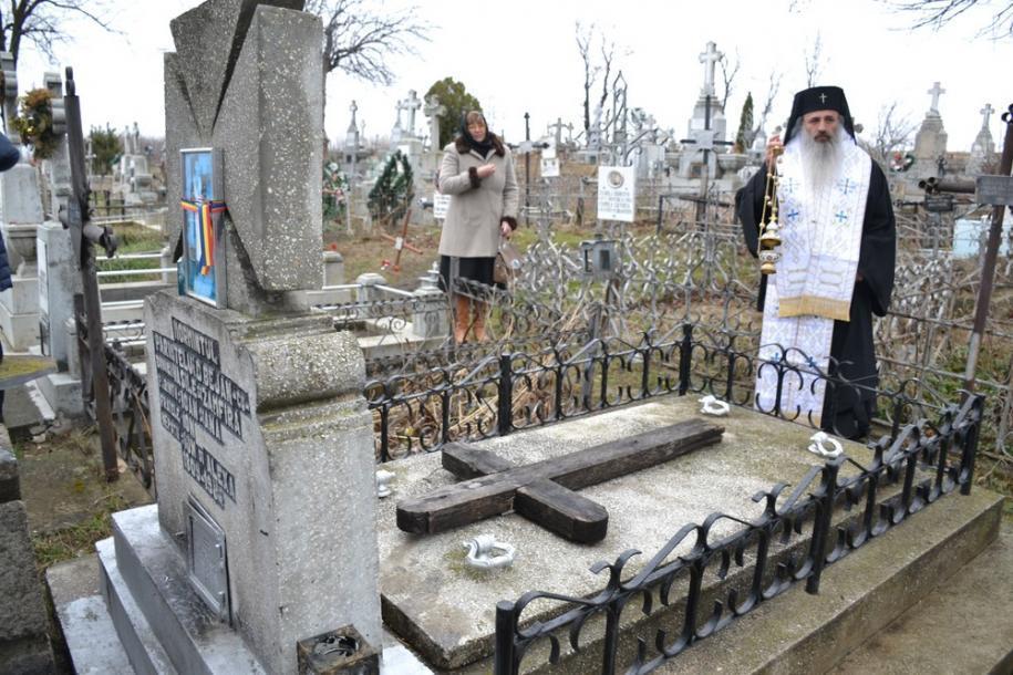 Vizita Înaltpreasfințitului Părinte Teofan s-a încheiat la mormântul Părintelui Dimitrie Bejan, unde a a oficiat slujba Parastasului/ Foto: Lucian Ducan