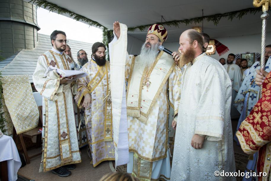 Părintele ierodiacon Zosima Rotariu a fost hirotonit de IPS  Mitropolit Teofan întru ieromonah/ Foto: Oana Nechifor