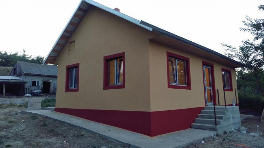Noua locuință a familiei Apăvăloaie, ridicată cu ajutorul preotului Ioan Pădurariu și a enoriașilor
