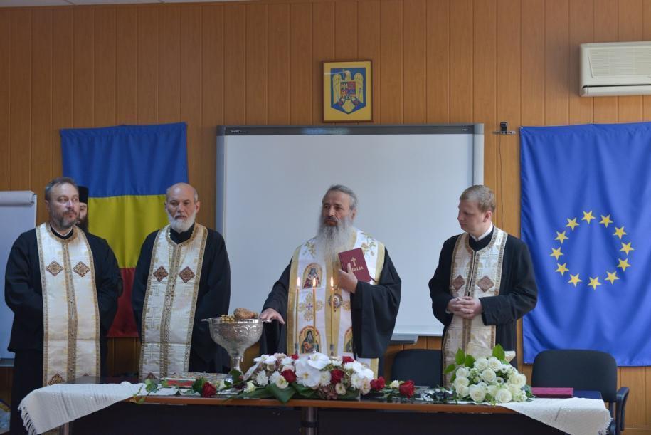 Ierarhul a oficiat o slujbă de binecuvântare și la sediul Inspectoratului Școlar Judeţean Neamț/ Foto: Alex Atudori