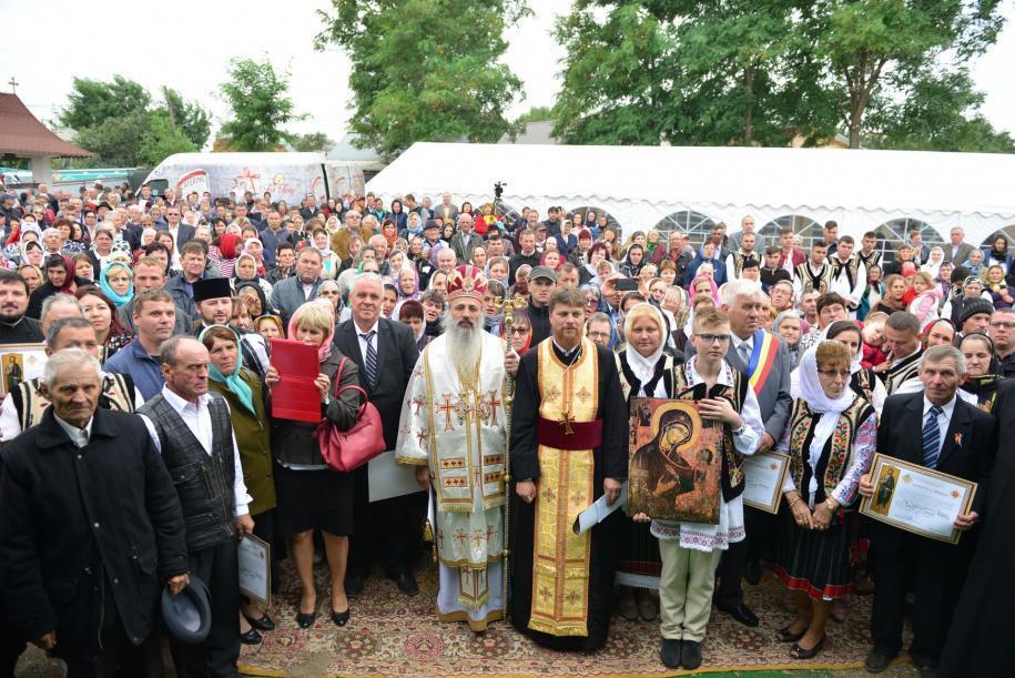 IPS Mitropolit Teofan, în mijlocul comunității din Bătrânești, Botoșani/ Foto: Lucian Ducan