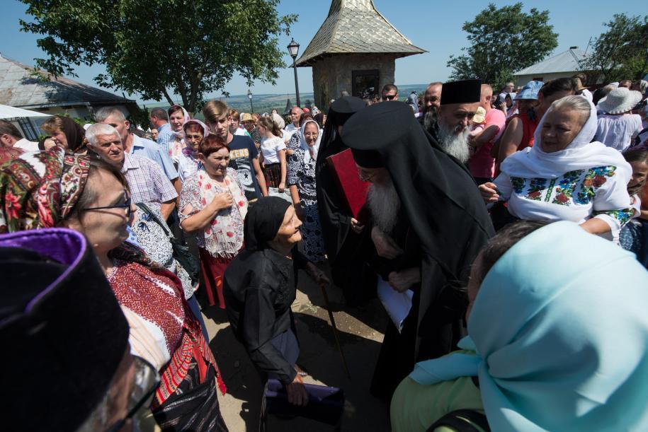 IPS Părinte Serafim, alături de verișoara Sfântului Ioan Iacob/ Foto: Tudorel Rusu