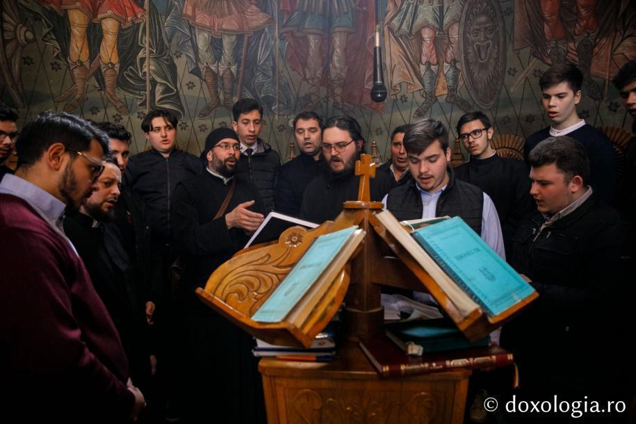 """Corul """"Basileus"""" al Seminarului Teologic din Iași a dat răspunsurile la strană / Foto: pr. Silviu Cluci"""