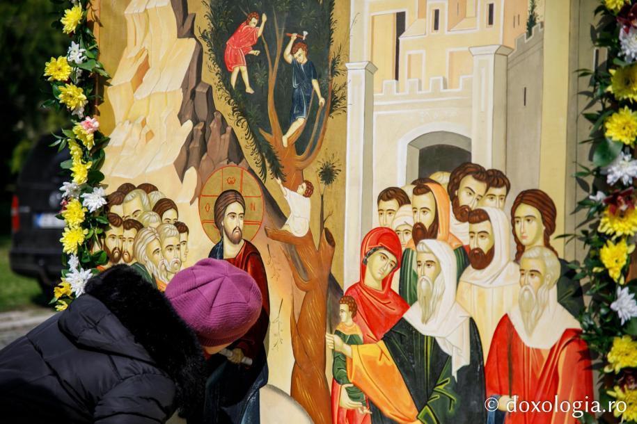 Închinare la icoana Intrării Domnului în Ierusalim / Foto: pr. Silviu Cluci