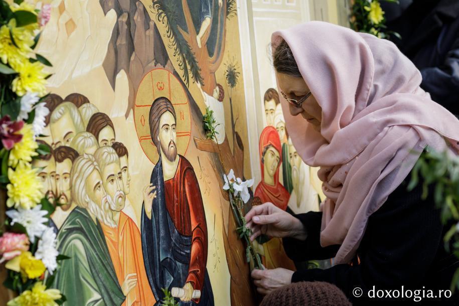 Închinare la icoana Intrării Domnului în Ierusalim / Foto: Oana Nechifor