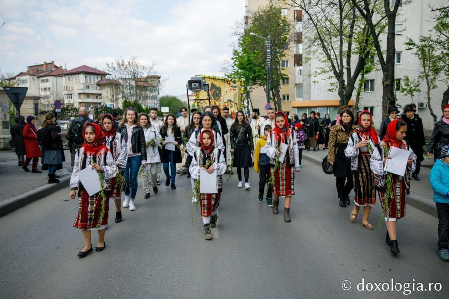 Grup de copii în port tradițional / Foto: pr. Silviu Cluci