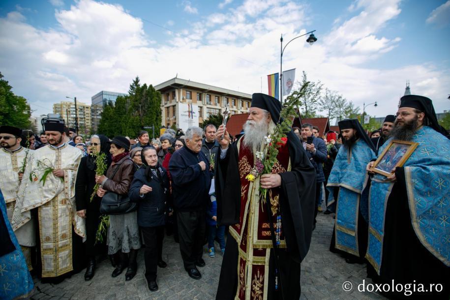 Preasfințitul Calinic Botoșăneanul binecuvintează poporul / Foto: pr. Silviu Cluci