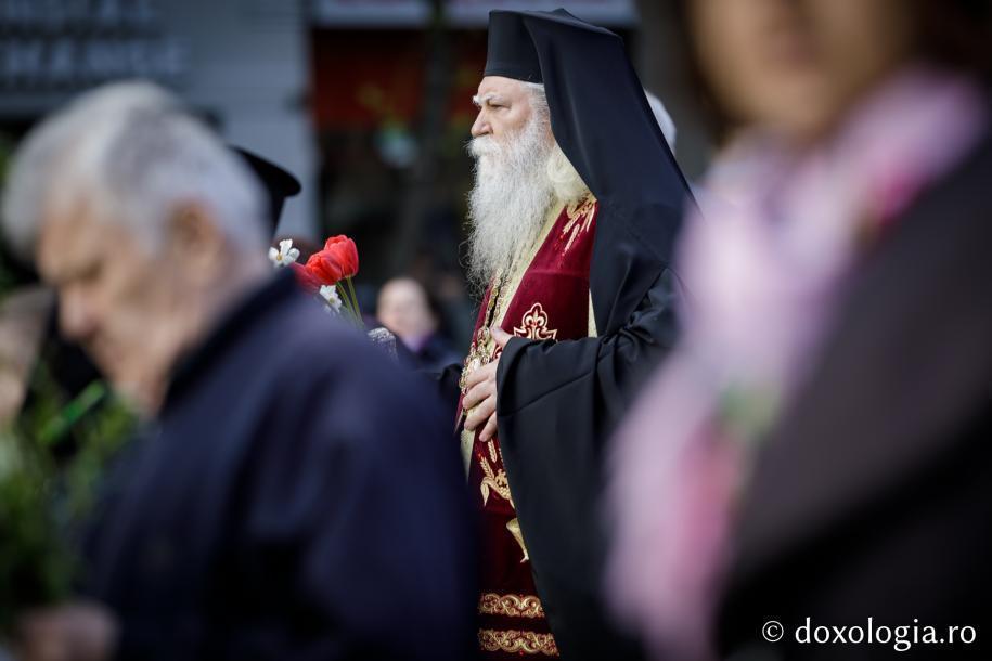 Preasfințitul Calinic Botoșăneanul în mijlocul poporului / Foto: Oana Nechifor