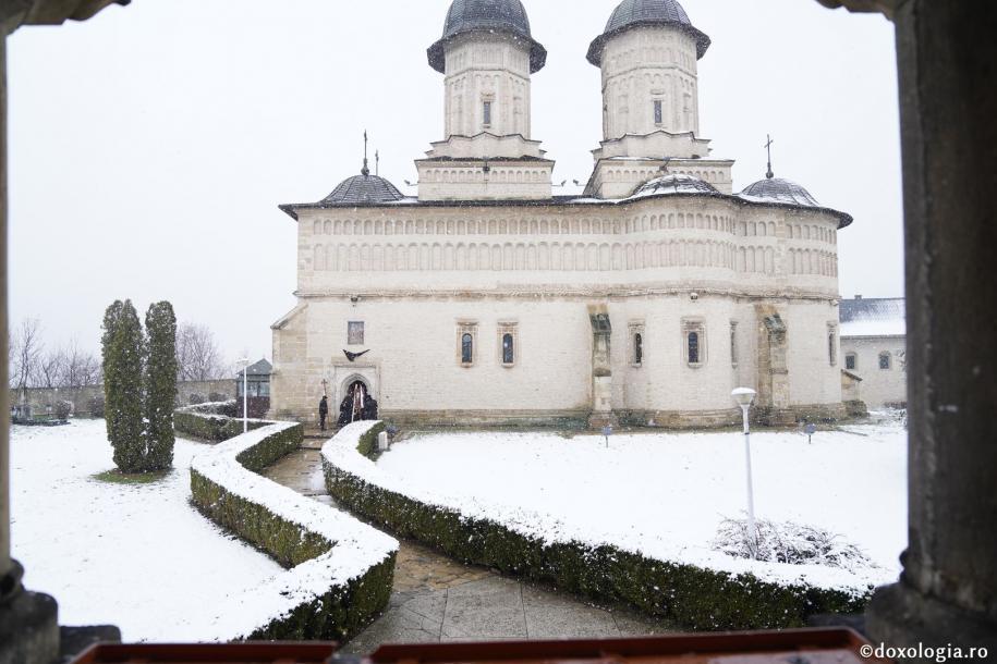 """Părintele protosinghel Nifon, """"omul cel odihnitor"""", a fost înmormântat la Mănăstirea Cetăţuia / Foto: Constantin Comici"""